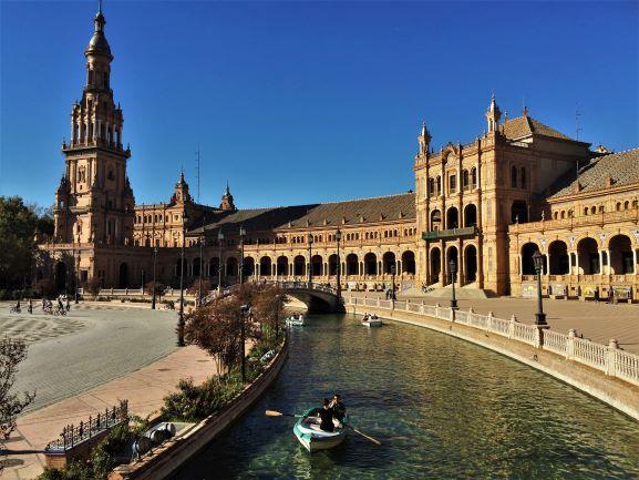 The Plaza de España looking towards the main entrance