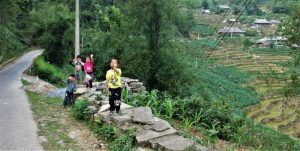 Bac Ha roads children waving